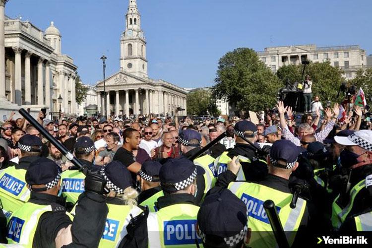 İNGİLTERE'DE POLİS, KOVİD-19 ÖNLEMLERİ KARŞITI GRUBUN PROTESTOSUNA MÜDAHALE ETTİ